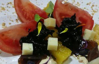 Ensalada de semi mojama de atún con crema de anacardos, piña picante y trompetas negras anisadas de la Cruz Blanca
