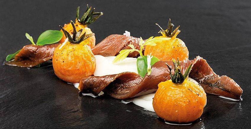 Ensalada de tomates cherry, crema de queso payoyo y anchoas del Cantábrico