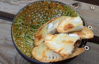 Empanadillas de higos de verano y queso serrano