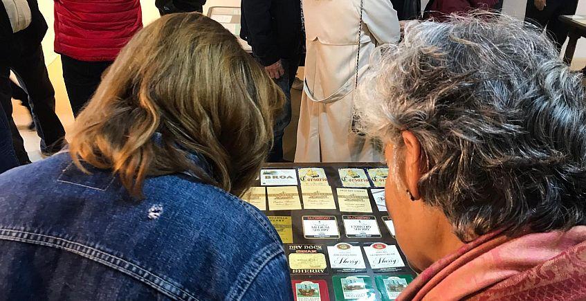 Exposición de etiquetas de vino en Sanlúcar