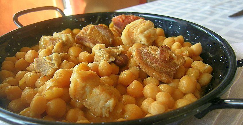 Garbanzos con chicharrones de Chiclana del restaurante La Sartén