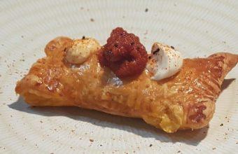 Empanada de pollo confitado en curry rojo y salteado de tagarnina