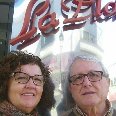 Matilde y Ángel, a las puertas del establecimiento.