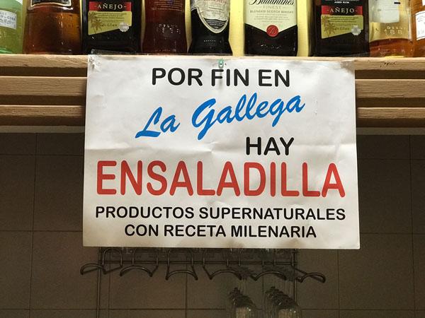El letrero que anuncia la llegada de la ensaladilla a La Gallega. Foto: Alejandro Mackinlay.