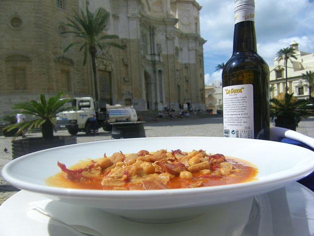"""El menudo del bar Terraza se sirve con """"fondo de Catedral de Cádiz"""". Foto: Cosasdecome"""