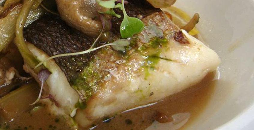 La merluza de pincho con alcachofas de A plomo