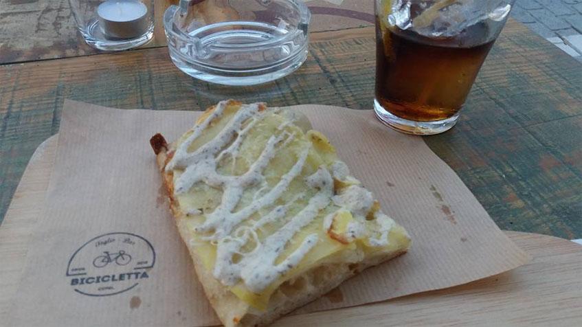 La pizza de patata con trufa y parmseano de Bicicleta Taglio Bar fotografiada por Juan Ramon Sanchez.