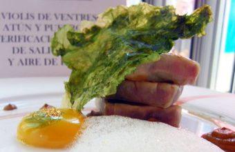 Raviolis de ventresca de atún y puerros con esferificación natural de salicornia y aire de limón del bar restaurante La Almazara