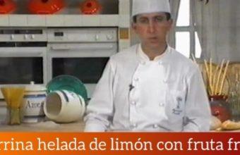 Terrina helada de limón con fruta fresca