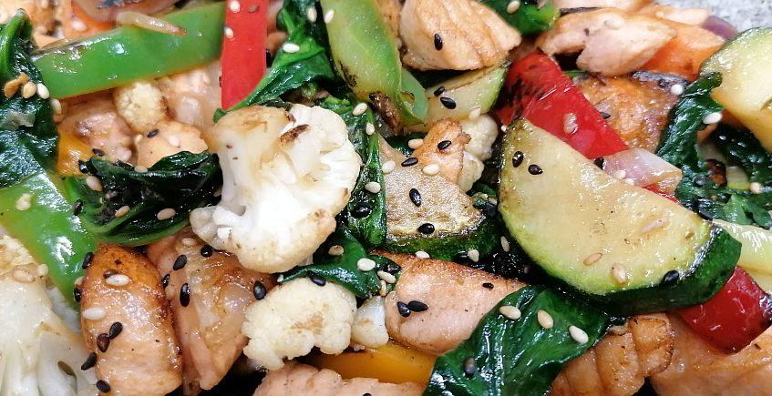 Wok de salmón y verduras al dente