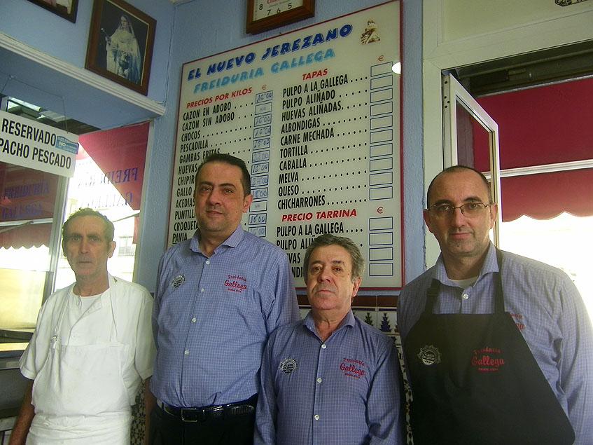 Alfonso Naranjo, de blanco, el que se encargade ferir el pescado junto a sus compañeros Antonio Sañudo, Juan Nieto y Luis Miguel Ordoñez