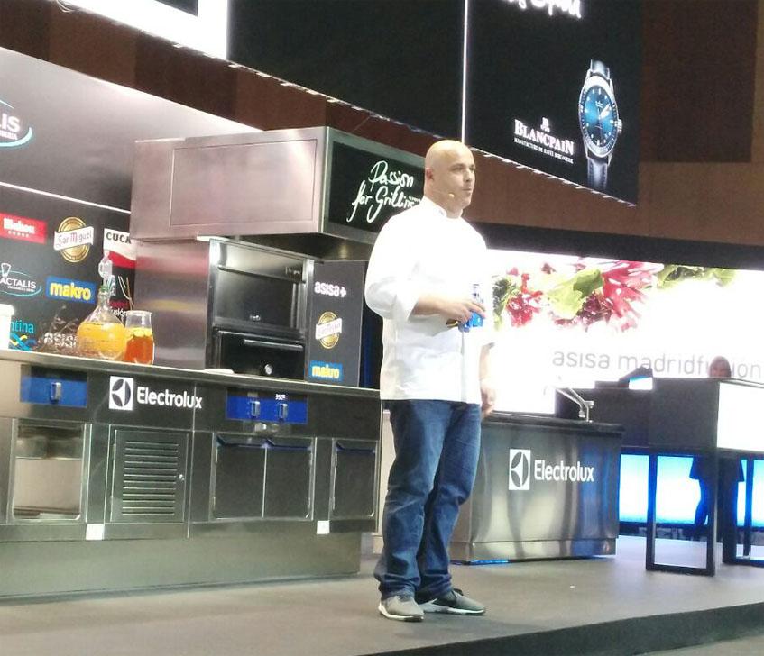 Angel León durante su intervención hoy lunes en Madrid Fusión. La foto es del cocinero gaditano José Sánchez de El Roqueo.