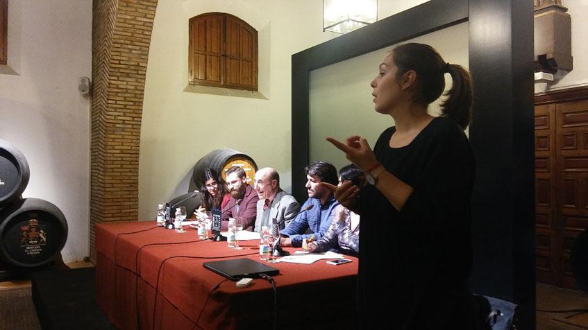 Toda la presentación fue traducida al lenguaje de signos por parte de la intérprete María Sanromán. Foto: Cosasdecome