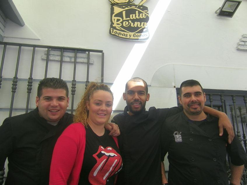 Cristian Jiménez y Anabel Gil han puesto en marcha Lata-berna. Aqui aparecen junto a su equipo de cocina. Foto: Cosasdecome