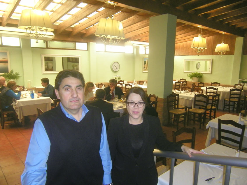 Mariano Carmona y Lourdes Caraballo regentan el Mesón La Ragua. Detrás de ellos el comedor principal de su establecimiento. Foto: Cosasdecome