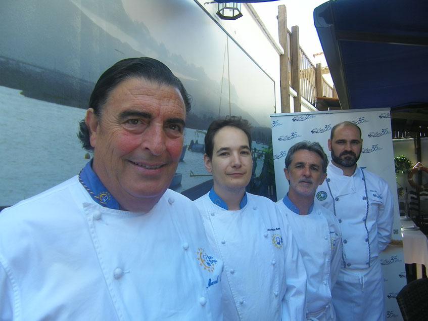 Manolo Moreno junto a su equipo de cocineros en el Mesón El Copo. Foto: Cosasdecome