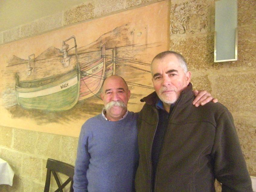 Willy, del restaurante Willi posa junto a Manolo Sánchez Salas, uno de los hosteleros pioneros en la zona. Los dos están en uno de los salones del restaurante Willy. Foto: Cosasdecome