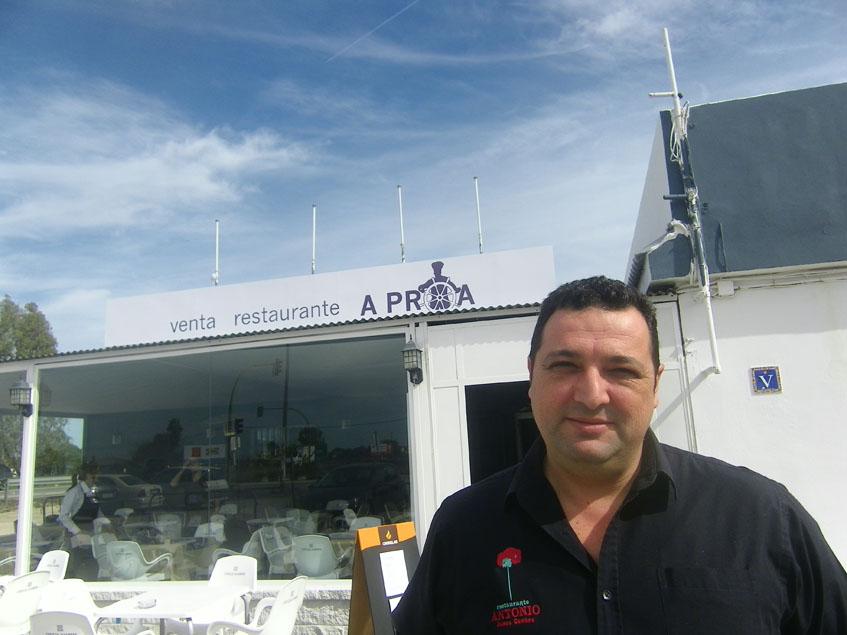 Adrián Bravo situado junto a la terraza de la venta.