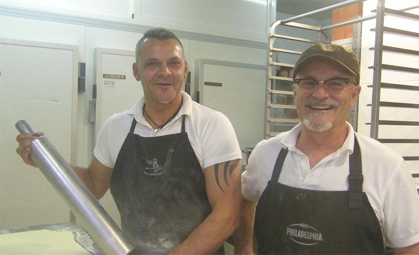 Carlos Ibáñez, que se ocupa de elaborar los hojaldres, junto a Manuel Rodríguez, en el obrador del establecimiento. Foto: Cosasdecome