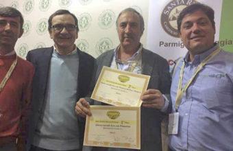 Jorge Puerto con los dos premios obtenidos. Foto: Cedida por la Quesría El Gazul