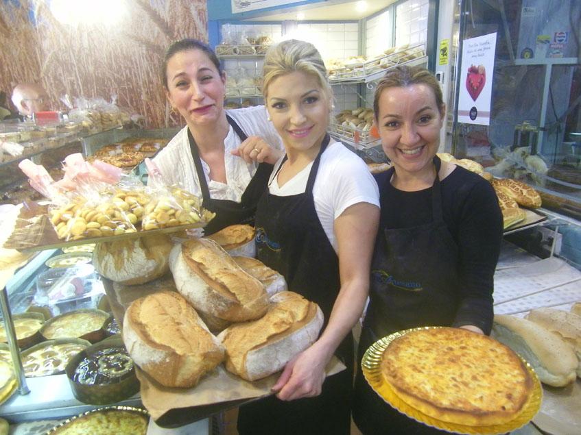 Varias empleadas muestran algunos de los productos de la panadería. Foto: Cosasdecome
