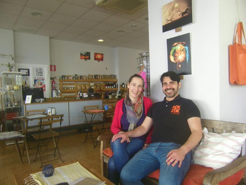 Charlotte Schoenmakers y Diego Burgin en su establecimiento. Al fondo puede verse la zona destinada a tienda. Foto: Cosasdecome