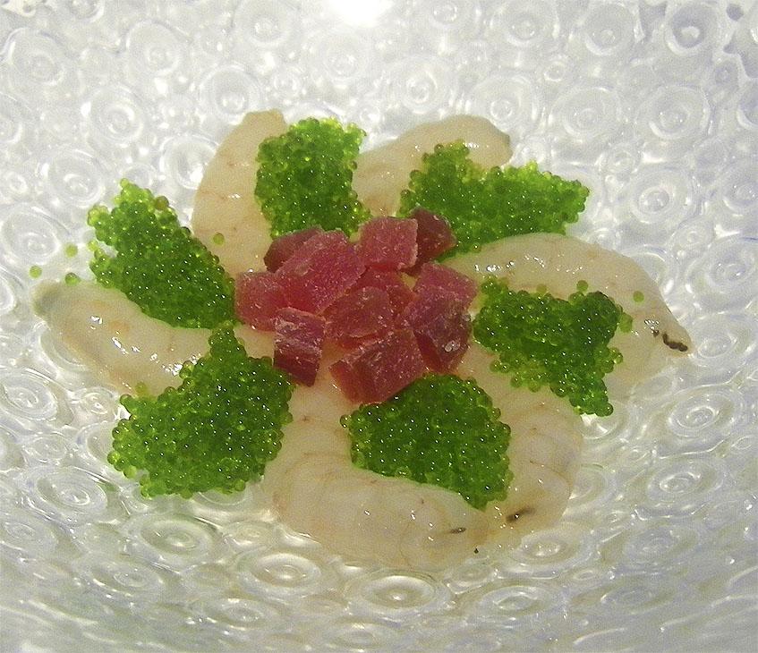 Otro de los platos originales de la carta estas gambas con mojama y huevas de tobiko. Se sirve con un ajo blanco aromatizado con alga codium. Foto: Cosasdecome
