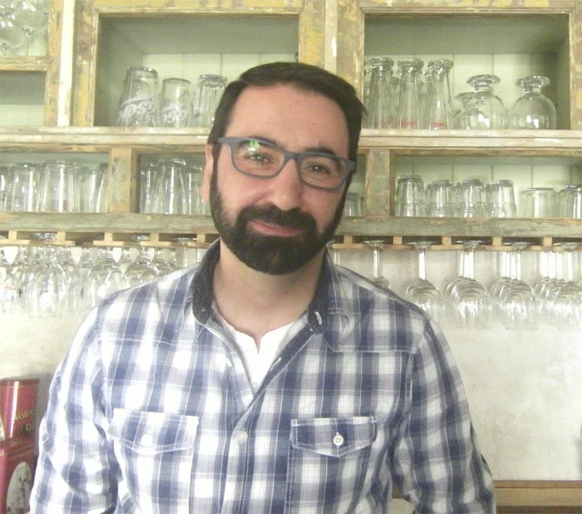 Alberto Reyes en su nuevo establecimiento. Foto: Cosasdecome