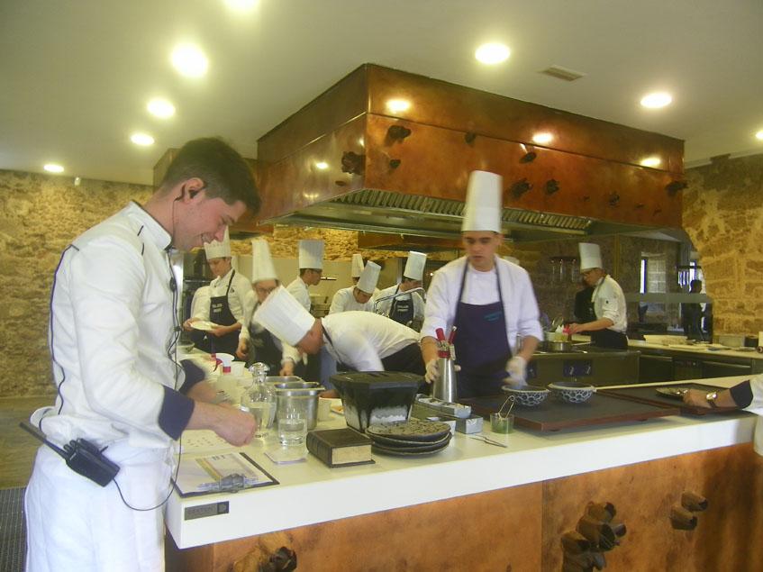 Aspecto de la cocina durante una comida en Aponiente. Foto: Cosasdecome