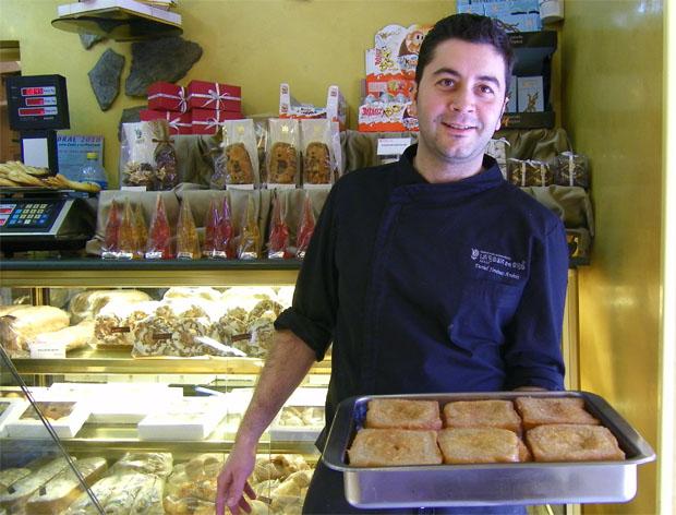 El maestro pastelero de La Rosa de Oro, Daniel Jiménez, posa con una fuente de torrijas. Foto: Cosasdecome