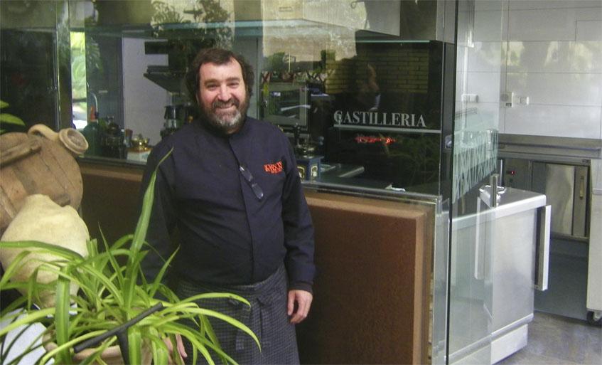 Juan Valdés delante de la cocina de La Castillería, completamente acristalada y a la vista del público. Foto: Cosasdecome