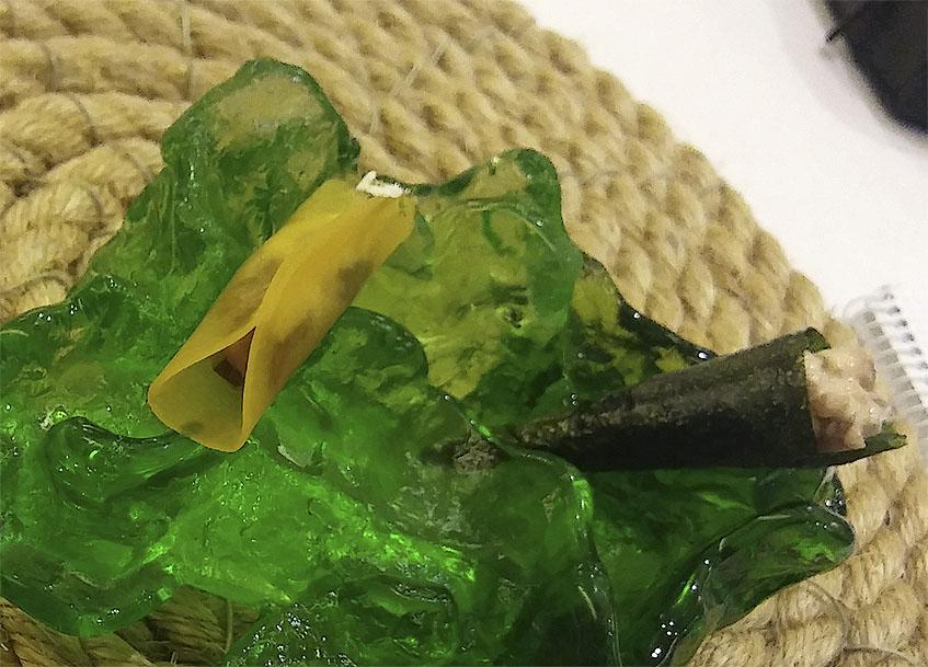 En esta llamativa roca de cristal se presentan dos de los platos, el matrimonio, una empanadilla de calabaza rellena con anchoa y boquerón y un barquillo de plancton relleno de albacora. Foto: Cosasdecome