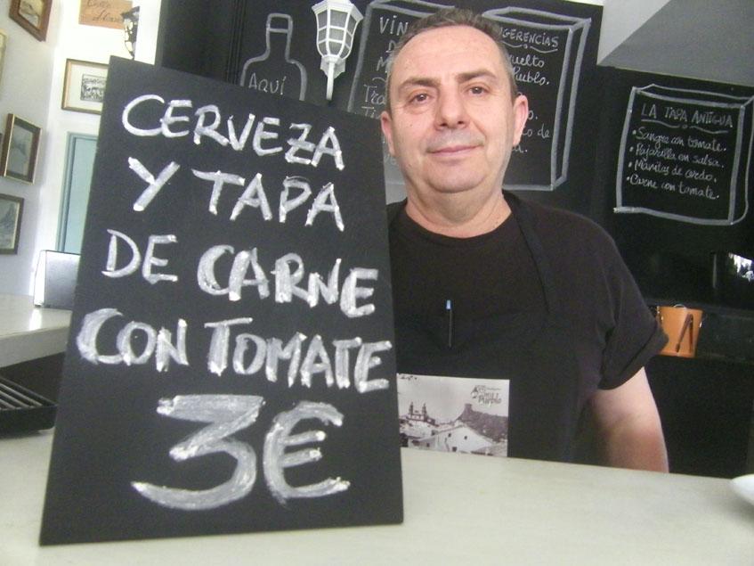 """El cocinero Paco Medina, autor de esta tapa y del libro """"La Tapa Antigua"""". Foto: Cosasdecome"""