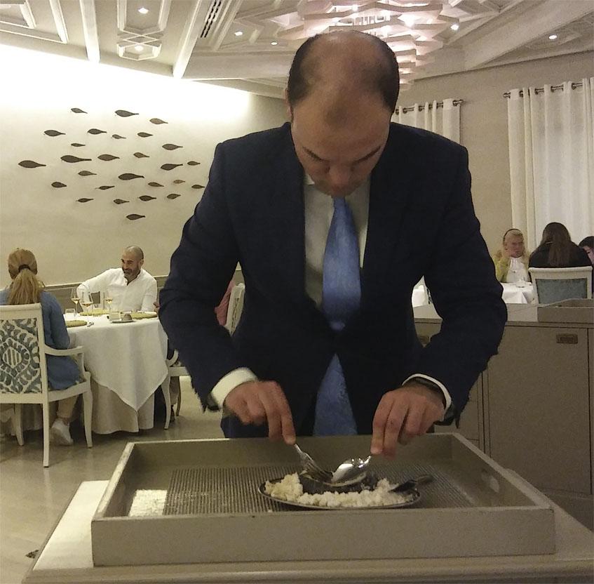 El jefe de sala de Alevante, Alfredo Méndez, prepara delante del cliente el plátano a la sal. Foto: Cosasdecome