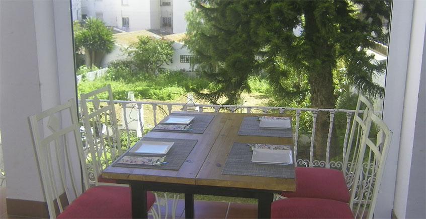 La terraza posterior de La Baska está junto a un jardín de 800 metros que posee la propia finca. Foto: Cosasdecome