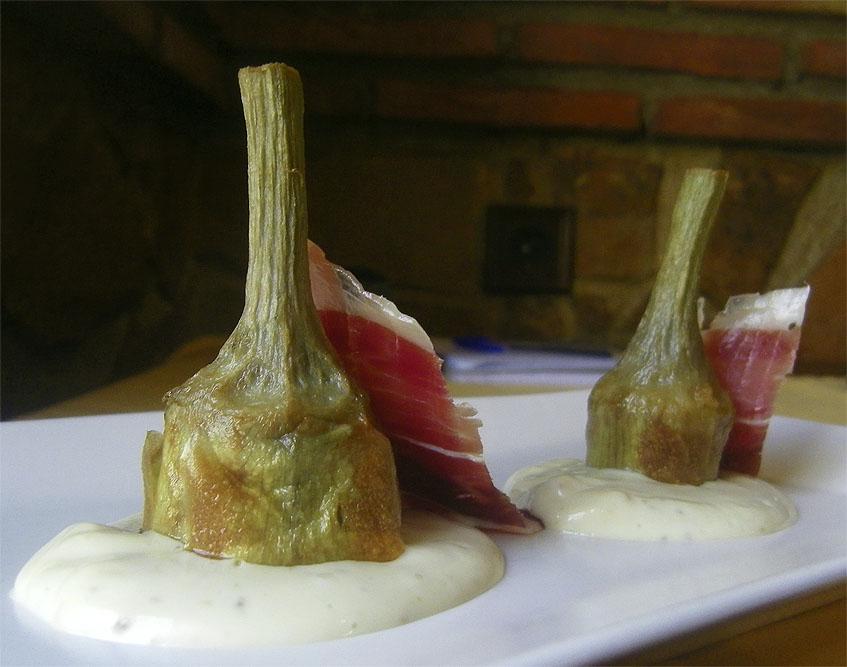 Las alcachofas con alioli y jamón. Foto: Cosasdecome