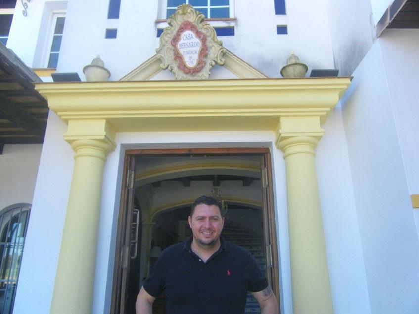 Jesús Fontao, el gerente del establecimiento, en la puerta principal de Casa Bernardo. Foto: Cosasdecome