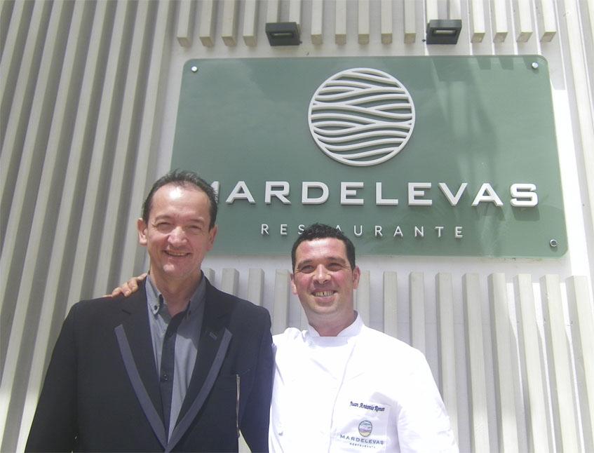 Mario del Pino, jefe de sala y Juan Antonio Romero, jefe de cocina, posan a la entrada de Mardelevas. Foto: Cosasdecome