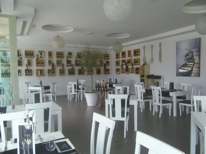 Los vinos de Jerez son protagonistas de la decoración del establecimiento. Foto: Cosasdecome
