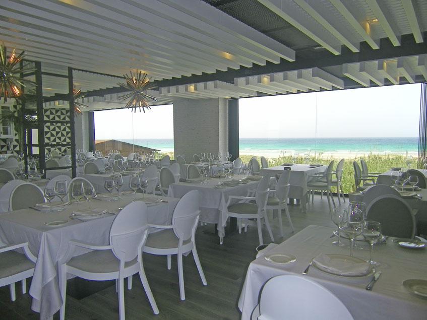 Grandes ventanales permiten ver la playa y el mar desde el comedor principal del restaurante Antonio. Foto: Cosasdecome