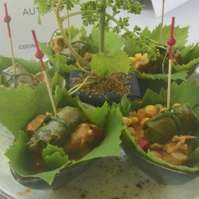 """Parece un bosque, pero en realidad es """"Autumm"""" el plato presentado por el bar Cádiz 11. En realidad son unos saquitos de atún presentados en hojas de parra. Foto: Cosasdecome"""