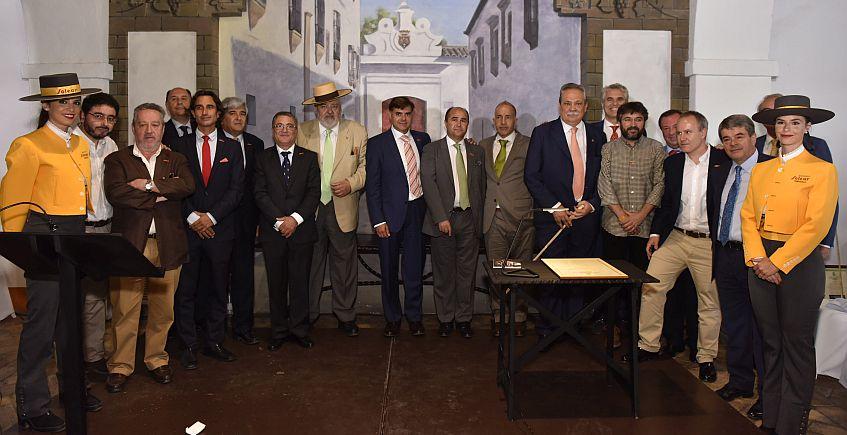 Barbadillo concede su mayor reconocimiento, el ingreso en la orden de la Solear,  a personas que han destacado por la defensa de la manzanilla