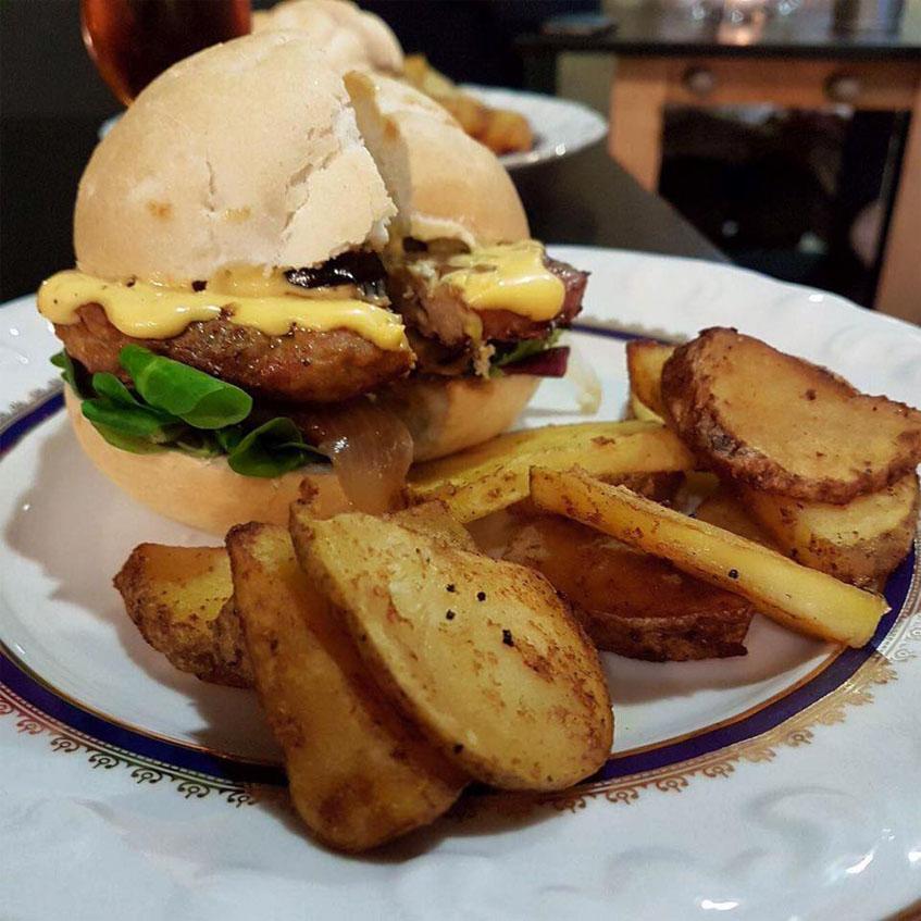 La hamburguesa y su guarnición fotografiada por María Luisa Ibañez Quignon
