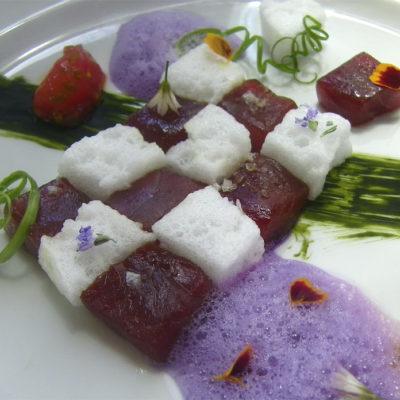 Uno de los platos más llamativos y que logro el segundo premio en cocina innovadora, esta combinación de atún, tomate y col rojo realizada por los cocineros Alejandro González y Javier Barros del Hotel Fuerte Conil. Foto: Cosasdecome