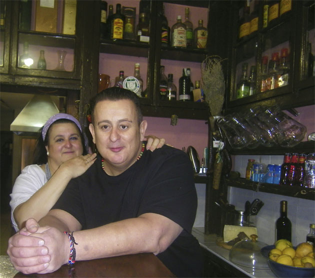 May Bernal y su hermano Kuki en una foto tomada en el establecimiento en 2016. Foto: Cosasdecome