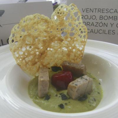 La cocinera Inma Pérez, de la taberna Paralelo 38, sigue pisando fuerte. En esta edición ha logrado el primer premio compartido en cocina innovadora con este corazón de atún combinado con una crema de alcauciles. Mucho Conil en el plato. Foto: Cosasdecome