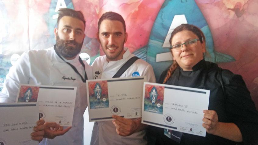 Los cocineros que han obtenido el primer premio. Alejandro Pareja del Tascón La Pasajera, Sebastián Mojada de Txicote e Inma Martín de Paralelo 38. Foto: Cosasdecome.