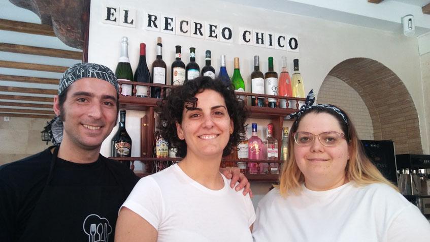 Germán Moreno Pérez, junto a su hermana Delia y María Bosati, los nuevos gerentes de El Recreo Chico. Foto: Cosasdecome