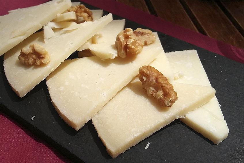 Ración de queso en el mesón Casa Antonio. Foto: Cosasdecome