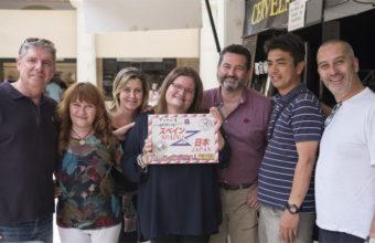 Juan Antonio Mena, primero por la izquierda, y Pilar Acuaviva, en el centro de la foto, cuando recibieron la invitación de la televisión japonesa para visitar Japón. El ofrecimiento tuvo lugar ante las cámares en el mercado central de abastos de Cádiz.